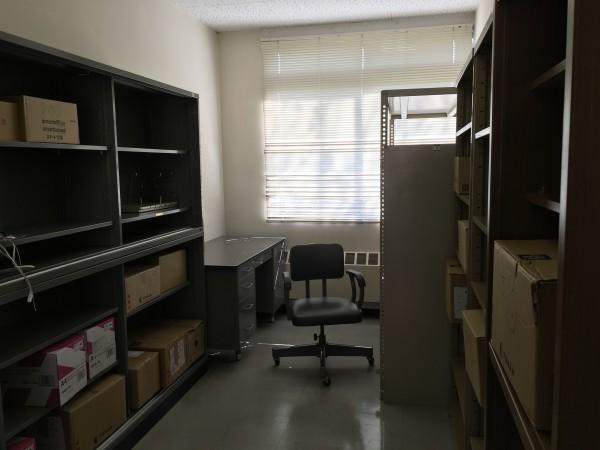 新しい研究室に荷物を搬入する。