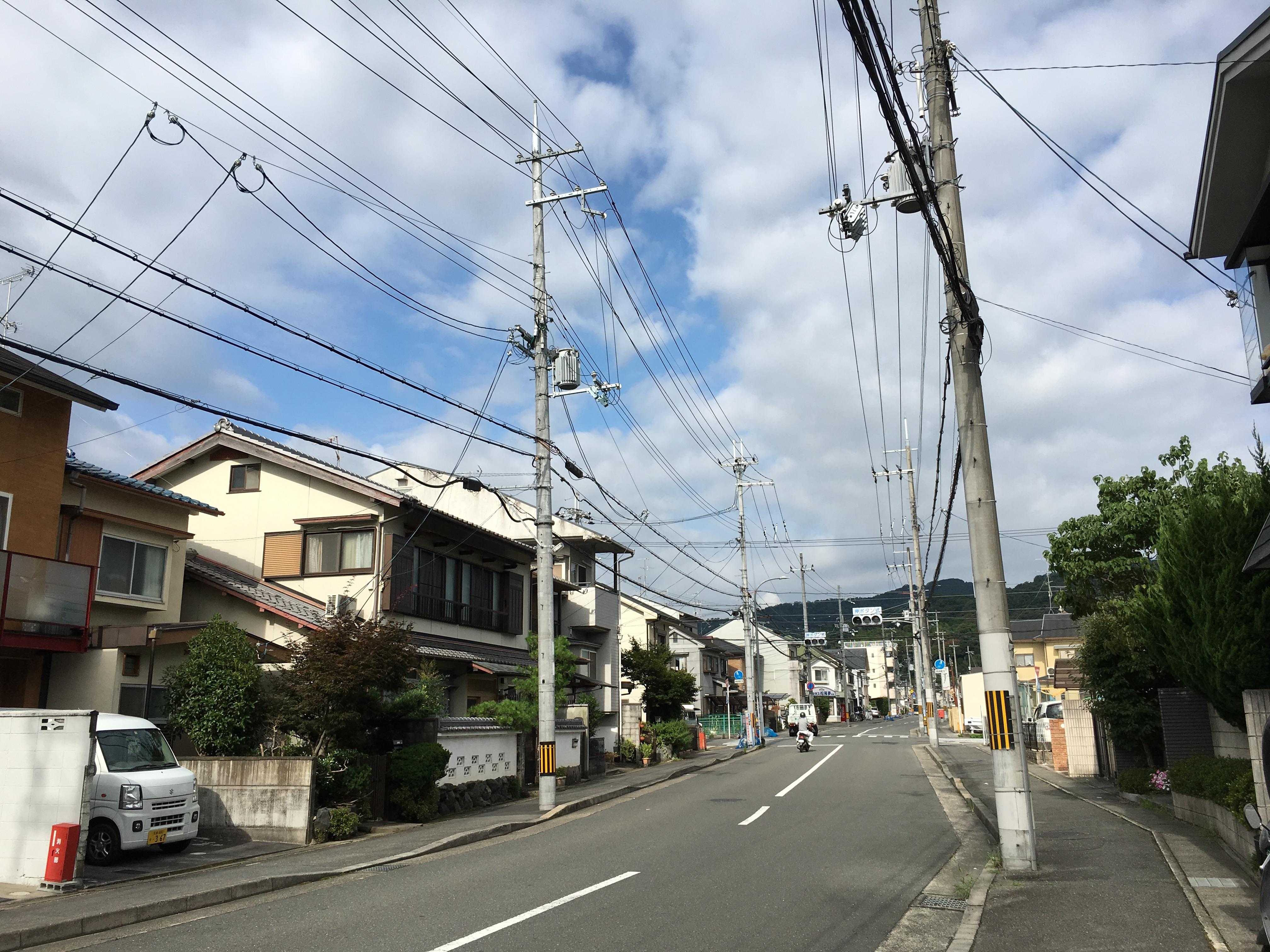 電信柱と町の景観