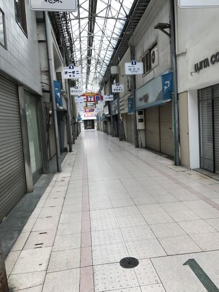 岐阜の駅前の商店街を歩く。