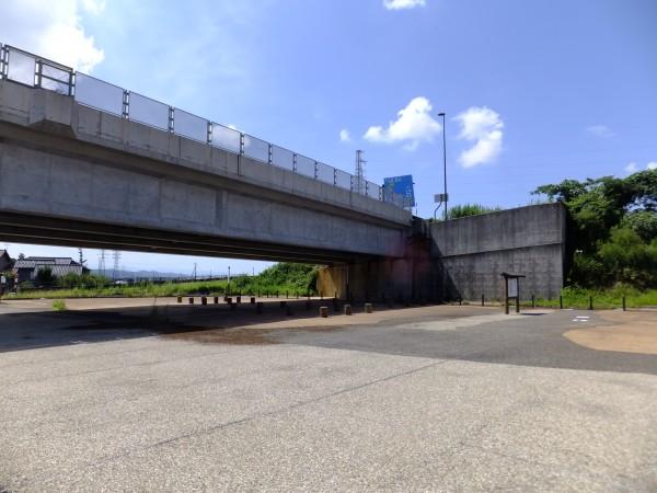 東海北陸自動車道は四車線化が進んでいる。